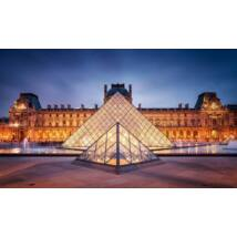 Fényben a Párizsi Louvre